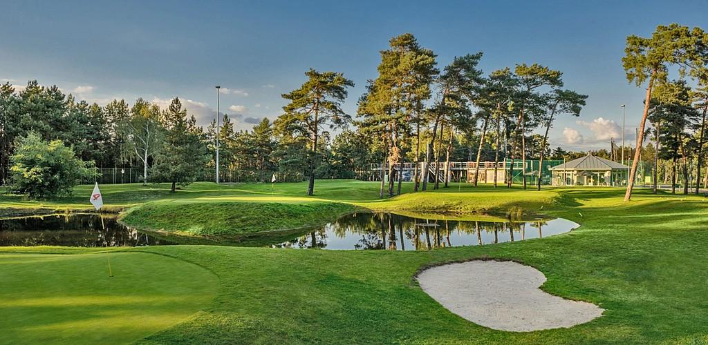 Budowa pola golfowego, galeria pól golfowych - 6 dołkowe pole golfowe pitch & putt z pawilonem golfowym i zadaszonym driving range Aquilla Park.