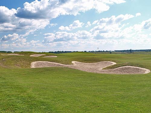Budowa pola golfowego - łagodne płytkie bunkry angielskiego architekta pól golfowych.