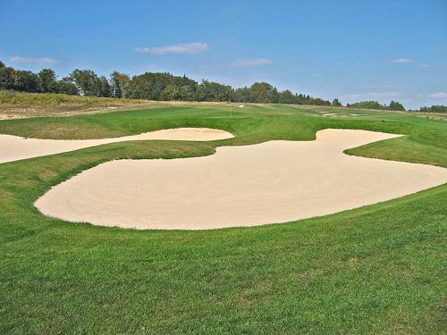 Budowa pola golfowego - obszerne i płytkie bunkry o stomych czołach amerykańskiego architekta pól golfowych.