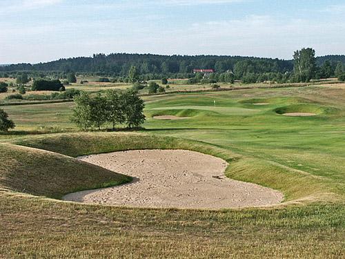 Budowa pola golfowego - stromo nachylone bunkry angielskiego architekta pól golfowych.