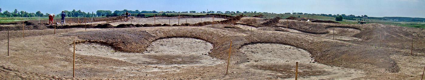 Budowa pola golfowego - green kształtuje się razem z bunkrami. Na zdjęciu surowe bunkry nie zabezpieczone przed erozją.
