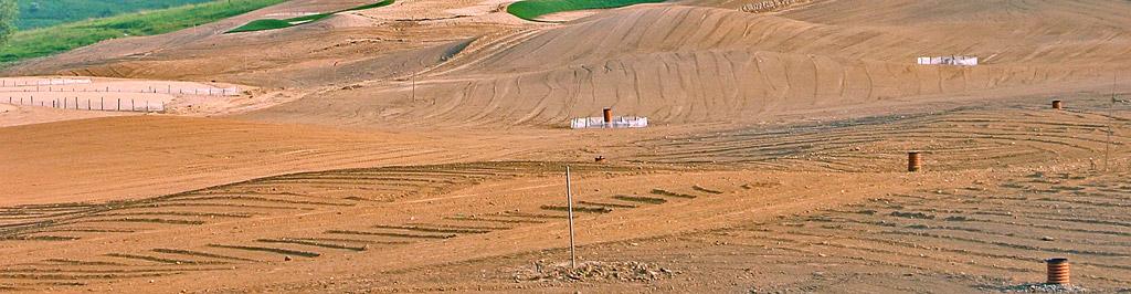 Budowa pola golfowego - studzienki drenarskie drenażu powierzchniowego na fairway.