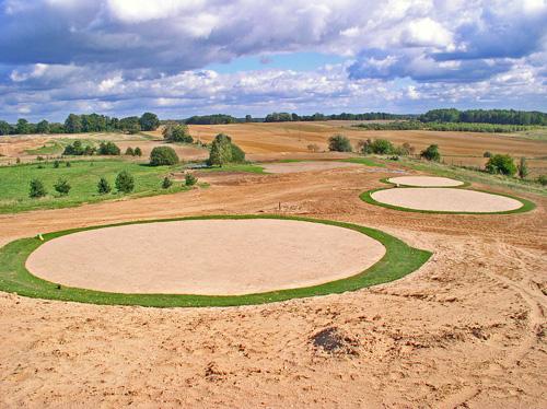 Budowa pola golfowego - budowa kompleksu tee, odpowiednio pochylonych odwrotnie do kierunku green.
