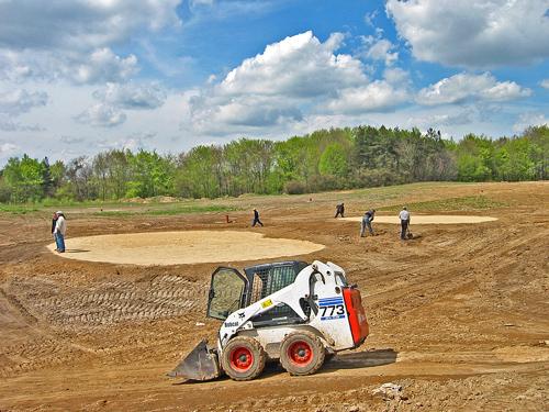 Budowa pola golfowego - wielkość tee narzuc architekt pola golfowego. Minimalna średnica to 5m.