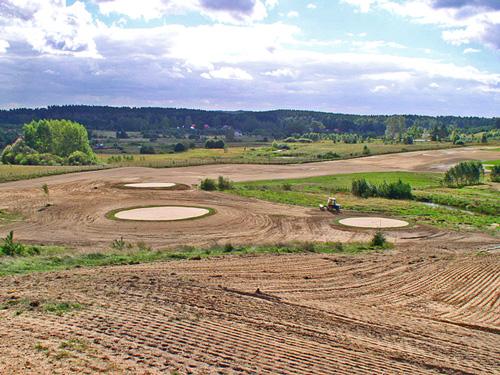 Budowa pól golfowych - tee konstruuje się podobnie do green, lecz z płytszą warstwą wegetacyjną.