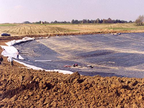 Pola golfowe - budowa pola golfowego - geomembrana uszczelniająca jeziora na polu golfowym.