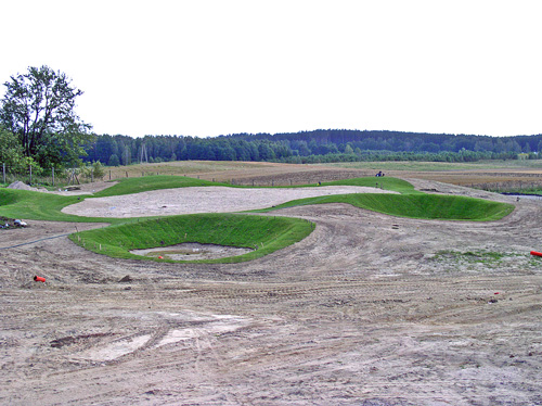 Budowa pola golfowego - gotowy do siewu green zabezpieczony darniowaniem przed erozją.