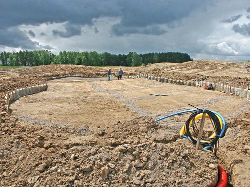 Budowa pola golfowego - ukształtowane dno putting green z liniami drenarskimi.