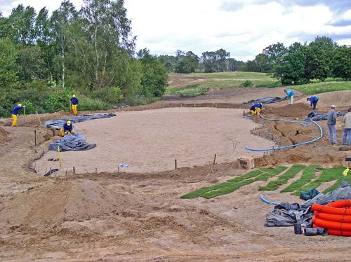Budowa pola golfowego - wokół putting green instalowany jest system nawadniający.