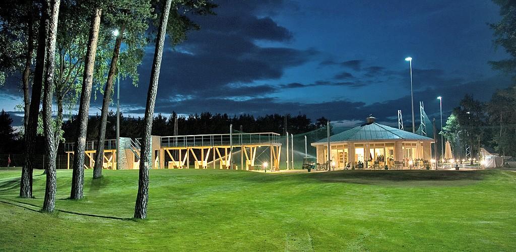 Budowa pola golfowego, galeria pól golfowych - pawilon golfowy, zadaszony driving range z 6 dołkowym polem golfowym pitch & putt Aquilla Park.