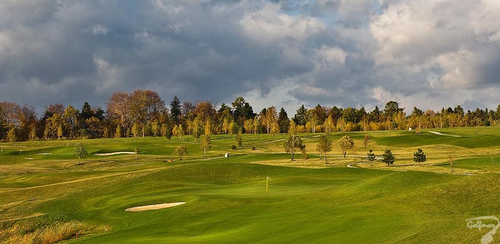 Budowa pola golfowego, galeria pól golfowych - widok na dołki i greeny dołków na gotowym polu golfowym Krakow Valley Golf & Country Club.