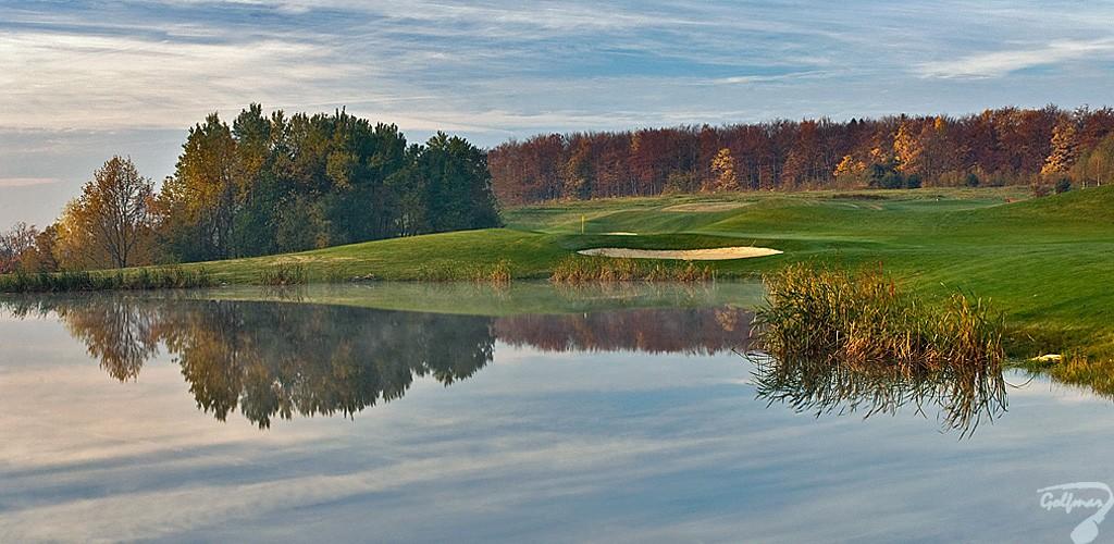 Budowa pola golfowego, galeria pól golfowych - jezioro i dołek golfowy na gotowym polu golfowym Krakow Valley Golf & Country Club.