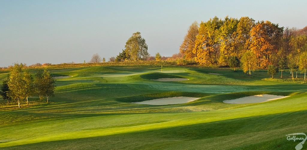 Budowa pola golfowego, galeria pól golfowych - dołek golfowy (fairway i green) na gotowym polu golfowym Krakow Valley Golf & Country Club.