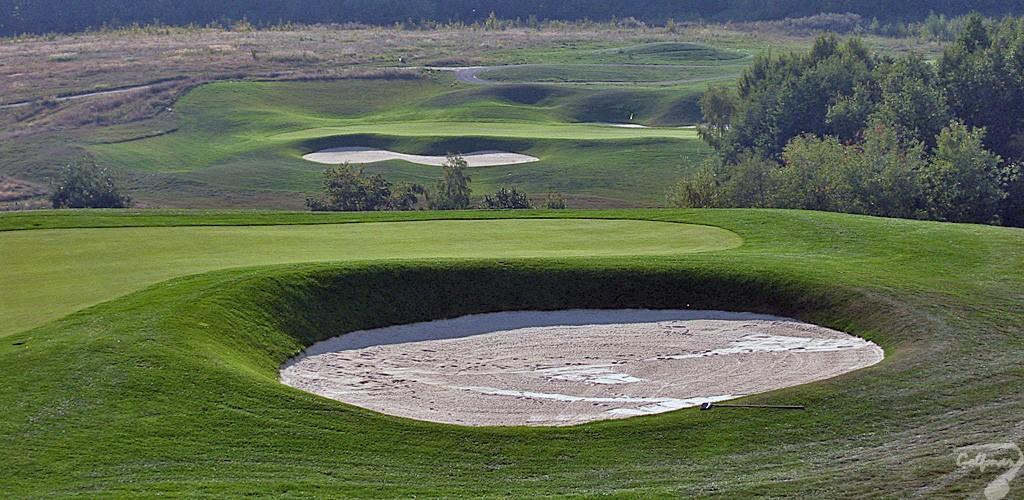 Budowa pola golfowego, galeria pól golfowych - greeny golfowe dołków na gotowym polu golfowym Krakow Valley Golf & Country Club.