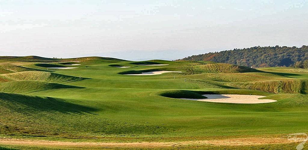 Budowa pola golfowego, galeria pól golfowych - dołek golfowy (fairway) na gotowym polu golfowym Krakow Valley Golf & Country Club.