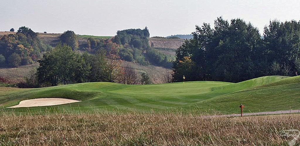 Budowa pola golfowego, galeria pól golfowych - dołek golfowy (green) na gotowym polu golfowym Krakow Valley Golf & Country Club.