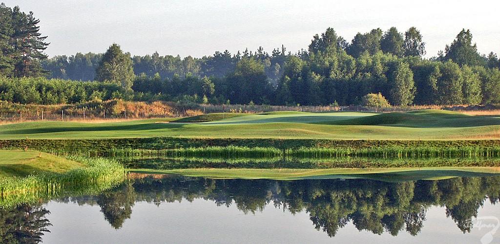 Budowa pola golfowego, galeria pól golfowych - jezioro i green dołka golfowego na gotowym polu golfowym Mazury Golf.