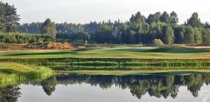 Budowa pola golfowego / galeria pól golfowych - jezioro i green dołka golfowego na polu golfowym Mazury Golf.