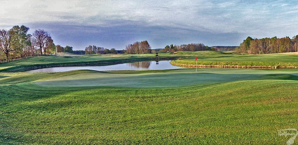 Budowa pola golfowego, galeria pól golfowych - jezioro, fairway i greeny dołków golfowych na gotowym polu golfowym Mazury Golf.