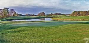Budowa pola golfowego / galeria pól golfowych - jezioro, fairway i greeny dołków golfowych na polu golfowym Mazury Golf.