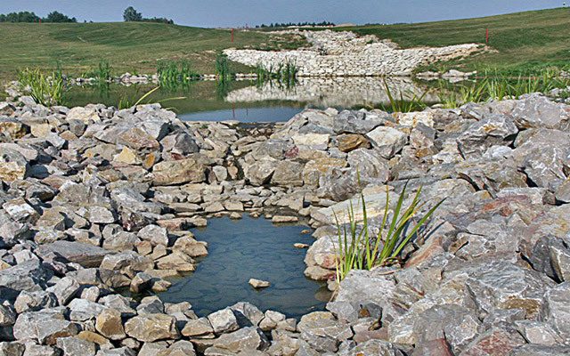 Pola golfowe - budowa pola golfowego - kaskada przelewu między jeziorami (zbiornikami retencyjnymi) pola golfowego.