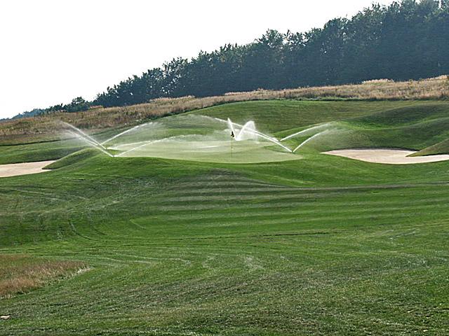 Pola golfowe - budowa pola golfowego - system nawadniający na polu, impaktowe zraszacze wynurzalne nawadniające green golfowy z approaches.