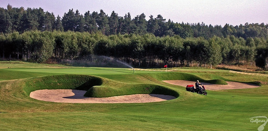 Budowa pola golfowego, galeria pól golfowych - pielęgnacja i koszenie trawy oraz tymczasowy system nawadniający na akademii golfowej podczas budowy.