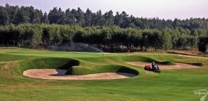 Budowa pola golfowego / galeria pól golfowych - pielęgnacja i koszenie trawy oraz tymczasowy system nawadniający na akademii golfowej podczas budowy.