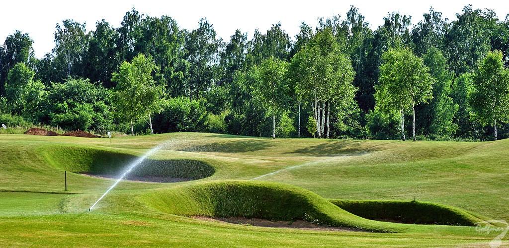 Budowa pola golfowego - Pole golfowe Modry Las Golf Club (Gary Player), tymczasowy system nawadniający na bunkrach akademii golfowej podczas budowy.
