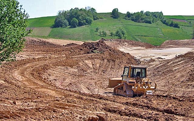 Budowa pola golfowego - prace ziemne przy kształtowaniu jeziora (zbiornika retenyjnego wody) do nawadniania.