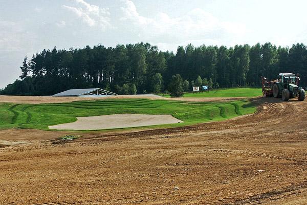 Budowa greenu golfowego: 4. Ręczny siew trawy na putting green, uprawa i siew rzutowy trawy na okolicach green (semirough i rough).