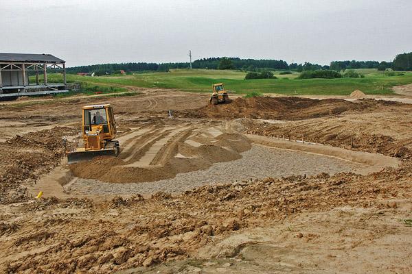 Budowa greenu golfowego: 2. Żwirowa warstwa drenarska i piaskowa warstwa wegetacyjna (mieszanka z torfem, USGA Spec.)