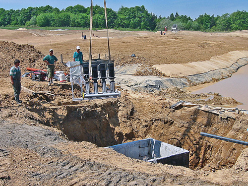 Budowa pola golfowego wymaga instalacji pomp systemu nawadniającego (deszczowni).