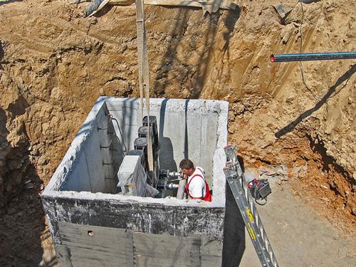 Budowa nawadniania pola golfowego wymaga zbudowania ujęcia wody dla pomp deszczowni.