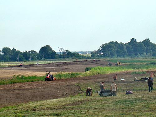 Budowa pola golfowego - wyprofilowanie i uprawa warstwy urodzajnej fairway, green approaches na polu golfowym.