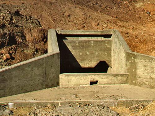 Pola golfowe - budowa pola golfowego - konstrukcja zbiornika wody do nawadniania, przelew.