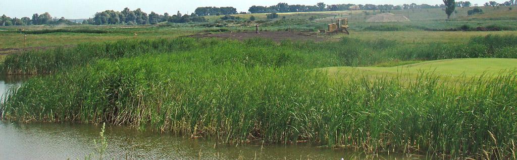 Budowa pola golfowego - jezioro jest niezbędne do retencji wody na polu golfowym.