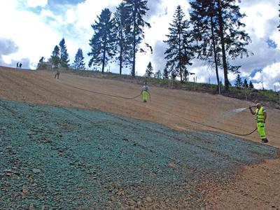 Budowa stoku narciarskiego - hydrosiew z natryskową matą przeciwerozyjną jako zabezpieczenie przed erozją nachylonych stoków.