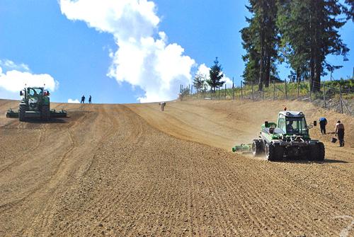 Budowa stoku narciarskiego - zabiegi przedsiewne: finalne frezowanie gruntu, wstępna uprawa agregatem i wałowanie stoku.