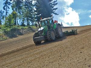 Budowa stoku narciarskiego - po frezowaniu, przygotowuje się przedsiewnie stok uprawą aktywną broną wirnikową.