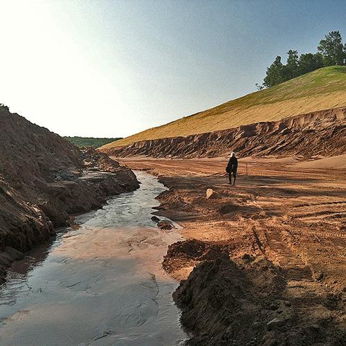Erozja wodna - wymywanie gleb na budowie drogi, podczas robót ziemnych. Potrzebna jest kontrola erozji.
