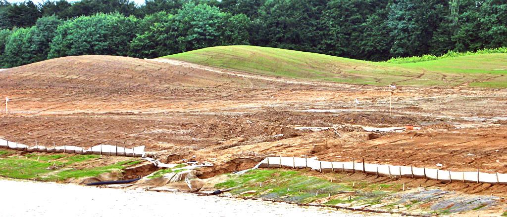 Powierzchniowa erozja wodna gleby (ablacja deszczowa) przy budowie pola golfowego. Bezskuteczna kontrola erozji.