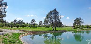 Budowa pola golfowego w Kamieniu Śląskim / galeria pól golfowych - pielęgnacja i koszenie trawy na dołku 11 podczas budowy.
